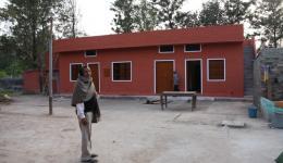 Zu unserer großen Freude stellen wir fest, dass der Kindergarten im Lepradorf, dessen Bau der Freundeskreis Indienhilfe beim letzten Aufenthalt im November unterstützt hat, in nur zwei Monaten fertiggestellt wurde.