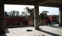das im Bau befindliche zusätzliche Stockwerk - hier werden weitere Zimmer für das nun überfüllte Heim entstehen