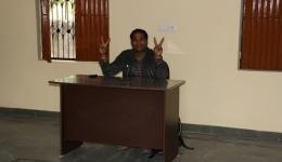Der Lehrertisch und der Stuhl sind auch schon da. Mr. Ravi, unser Fahrer ist auch voll dabei ;-))