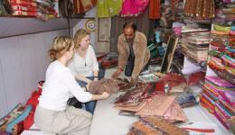 04.03.2011: Am Vormittag gehen wir, wie gestern Abend mit Claudia und Kati besprochen, zum Bahnhof in New Delhi und danach in ein Bekleidungsgeschäft.