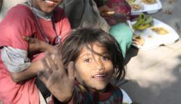"""Die Kinder sind wirklich dankbar und bedanken sich von Herzen. Wir verständigen uns mit """"Händen und Füssen"""", Englisch spricht hier niemand. Chetan hilft uns bei der Übersetzung."""