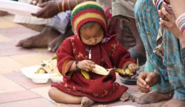 Bananen sind immer unglaublich beliebt und werden sofort gegessen. Obwohl sie das günstigste Obst sind, können sich diese Kinder so etwas nur selten kaufen, wenn überhaupt.