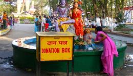"""An diesem Tag ist """"Shivratri"""", ein Festtag in Indien. Der Tag an dem eine Gottheit der Hindus, nämlich """"Shiva"""", seine Frau """"Parvati"""" geheiratet hat."""
