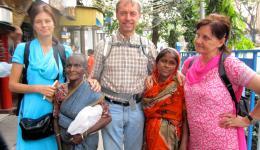 Am 02.03.12 geht es weiter mit der Straßenarbeit.  An etlichen Verkaufsständen und in Kaufhäusern versorgen wir viele Kinder und ältere Menschen mit Essen und notwendiger Kleidung.