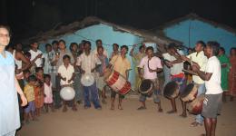 Das ganze Dorf versammelt sich, feiert mit uns und bedankt sich. Vielen Dank nach Deutschland an alle unsere Spender!!