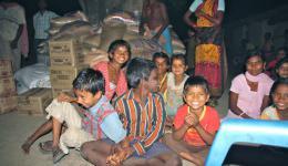 Auf dem vorherigen Foto seht Ihr einen Teil der Menschen die uns voller Hoffnung empfangen haben. Hier seht Ihr im Hintergrund von uns gespendete Lebensmittel.