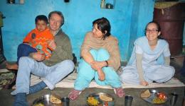 Als wir bei Mr. Brajkishores Familie ankommen ist es bereits dunkel. Herzlich werden wir von seiner Ehefrau Suzilla empfangen. Heute werden wir zum ersten Mal auf einheimischen Schlaflagern, Holzbrettern in einer Art Garage, übernachten.