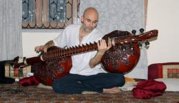 Es gibt einige Besorgungen zu machen und außerdem freuen wir uns auch sehr darauf, dass wir heute unseren Freund Carsten treffen, der seit einigen Jahren in Indien lebt und indische, klassische Musik studiert. Carsten wird uns bei einigen Dingen helfen.