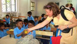 Besuch einer Schule in Delhi und Austeilung von Obst, das sich die Familien der armen Kinder kaum leisten können.