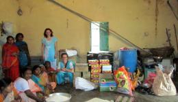 Leprakolonie Rohtak. Unsere Freunde verteilen Reis, Linsen und Öl an die Bewohner.