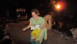 Bis in die Dunkelheit arbeiten unsere fleißigen Helferinnen Katrin, Andrea und Geeta.