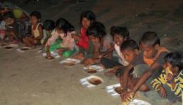 Suppenküche für die Straßenkinder Delhis. Wie immer haben sie einen Bärenhunger.