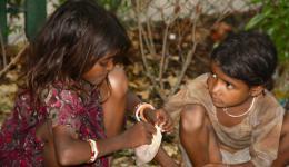 Die Straßenkinder freuen sich über eine warme Mahlzeit