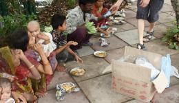 Ein Straßenstand kocht für uns 70 Essen für 1.200 Rupien, umgerechnet ca. 19 Euro.
