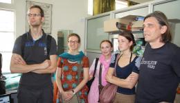 3. Tag - Leprahospital in Delhi; Auf dem Foto: von links: Michael, Katrin, Ute und Celine und Chris (Vater und Tochter aus Belgien, die Ute am Flughafen kennengelernt hat und die uns nur HEUTE begleiten.)