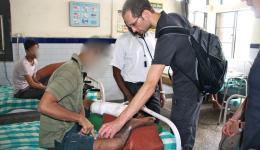 Der junge Mann auf dem Foto ist ein Lehrer aus West Bengalen und kam wohl noch gerade rechtzeitig ins Leprahospital, bevor sein Bein amputiert werden musste. Er ist sehr glücklich, da er hier gut versorgt wird für seinen Fuß eine Prothese bekommt.