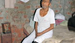Unsere Begleiter aus dem Leprahospital stellten uns verschiedene Leute vor und beantworteten unsere Fragen. Wir werden in eine erbärmliche Behausung geführt. Ein alter, leprakranker, ans Bett gefesselter Mann, der in der Leprakolonie wohnt lebt darin.