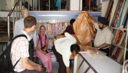 Im Geschäft für Bettlaken... Der Ladenbesitzer mit dem Turban (Sikhreligion) war sehr nett und hat uns pro zwei Bettlaken anstatt 745 Rupien nur 480 berechnet. Er sagte, dass er auch seinen Teil dazu beitragen möchte, wenn wir die Bedürftigen unterstützen