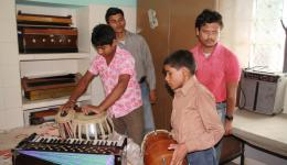 Die Jungen spielen Musik für uns...