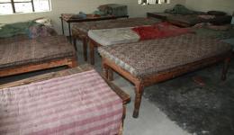 Wieder in der Blindenschule. Auf dem Foto kann man sehr schön sehen, dass die Kinder auf den blanken Matratzen schlafen. Da sind die Bettlaken vom Freundeskreis Indienhilfe natürlich sehr willkommen