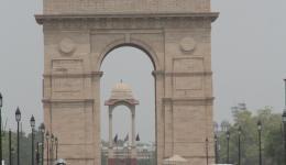 Und hier ein bisschen Kultur: Das INDIA GATE... ein Foto, vergleichbar mit dem Brandenburger Tor in Berlin und doch bitterste Armut gleich nebenan!
