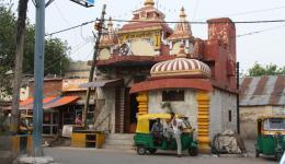 hier ein kleiner Hindutempel... vor ihm zwei Motorrikshafahrer
