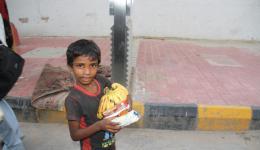 auch dieser Junge freut sich sehr über die Geschenke