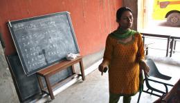 8. Tag - Ashiana Kinderheim: Krishnanjali, die Managerin des Ashiana Kinderheimes zeigt uns die Räumlichkeiten. Hier soll seit langem ein Raum für Nähschulungen entstehen...