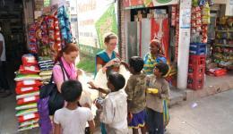 Auf unserem Weg nach Hause sehen wir eine Schar schmutziger, herumstreunender Kinder. Wir bitten unseren Fahrer zu stoppen, der zunächst nicht so recht weiß warum ;-) Wir kaufen Kekse und Nüsse und verteilen sie an die Kinder.
