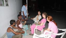 06.07.11 - Im Lepradorf. Noch lange nach Einbruch der Dunkelheit sitzen wir in freundschaftlicher Vertrautheit mit den äußerst gastfreundlichen Menschen im Lepradorf zusammen. Mr. Gopal, der mit 21 Jahren selbst an Lepra erkrankte, erklärt uns vieles.