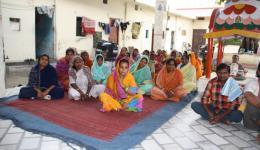 Donnerstag 7.7.2011 - Ambala, Leprazentrum: die Frauen und Männer warten dankbar und mit großer Herzlichkeit uns gegenüber