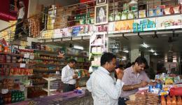 Einkauf beim Großhändler für das Leprazentrum in Ambala. Ein typisches indisches Geschäft, hier ein Großhändler.