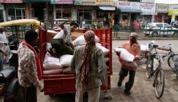 Die Nahrungsmittel fürs Leprazentrum in Ambala werden auf den kleinen LKW verladen... Alles ist Handarbeit, so werden viele Arbeitsplätze geschaffen.