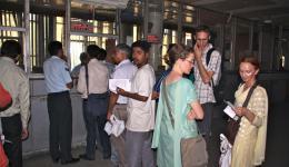 10.07.2011 - Mit dem Zug zurück nach Delhi. Am Ticketschalter...