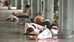Aber zumindest haben wir ein Bett, denn wie den meisten Indern ist es uns wahrscheinlich eher nicht möglich so zu schlafen, ohne hinterher Muskelkater zu haben...