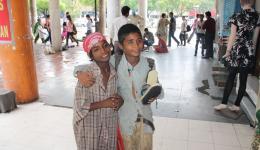 Schuhputzerjungs sind glücklich über die neue Bürste und die Poliercreme. Ein Set kostet 60 Rupien, knapp ein Euro. Der Freundeskreis Indienhilfe teilt 40 Sets aus.