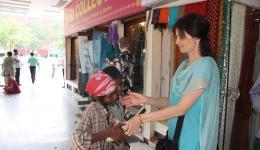 Schuhputzerjungs bekommen jeweils eine Bürste und Poliercreme für ihr Geschäft. Wir haben großen Respekt vor der Arbeit der Kinder, denn schließlich können sie nicht die Schule besuchen,  da sie ihren Lebensunterhalt oder den ihrer Familie mitfinanzieren.
