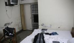 Michaels Zimmer - Schimmel an den Wänden und auf dem Boden sammelt sich immer mehr Wasser während des Monsunregens...