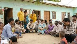 In Delhi angekommen kümmern wir uns um die blinden Familien, welchen wir beim letzten Aufenthalt schon einige Pressmaschinen für Papierteller und das dazugehörige Rohmaterial gekauft hatten. Besprechung mit den blinden Familien.
