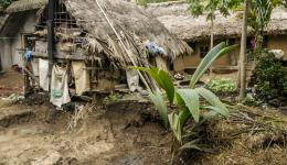 Nach der Flut sind viele Hütten zerstört...