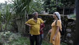Alexandra spricht mit Nike, dem Verantwortlichen der Leprakolonie. Im Hintergrund wächst Zuckerrohr... Ein Kilogramm Gemüse kostet auf dem Markt 40 Rupien. Die Menschen können dieses Geld nun sparen und sind nicht mehr nur auf das Betteln angewiesen.