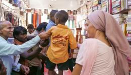 Die folgenden zwei Tage gehen wie im Flug vorbei. Von früh bis spät abends werden in vielen Läden auf dem nahegelegenen Markt die notwendigen Artikel eingekauft: Schuluniformen, was für alle indischen Kinder Pflicht ist. Ein weiterer Satz zum wechseln.