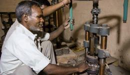 Anil zeigt uns wie er eine Papier- Teller- Pressmaschine bedient, die vom Friendcircle Worldhelp gespendet wurde.