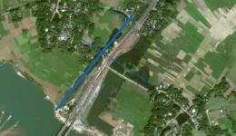 Michael hat ein Foto von Google Earth genommen und die Pipeline eingezeichnet. Das Rohr zum vierten Dorf führt unter der Straße durch- der blaue Strich fehlt