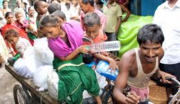 Mit dem Transport-Riksha und viel Freude über das viele Essen fahren die Kinder zurück nach Hause...