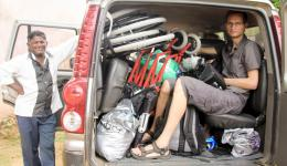 Am Morgen des 8. Juli beladen wir das Taxi mit den beiden Rollstühlen, den orthopädischen Hilfsmitteln, einem kleinen Gepäckstück für jeden von uns und dem Videoequipment von Sebastian bis unters Dach.