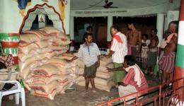 Später am Abend werden die Reis- und Linsensäcke vom LKW-Transporter geladen, der Vorrat reicht für einen Monat.