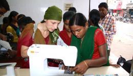 16.7.-18.7. Aufbau eines Nähzentrums für Mädchen in der Leprakolonie Radha Krishna in Rourkela. Ortrud und Maithili, die zukünftige Lehrerin der Mädchen prüfen eine elektrische Nähmaschine.