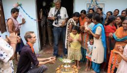 """Bei unserem Besuch am nächsten Tag erwartet uns überraschend eine große Einweihungszeremonie und Vertreter von drei indischen Tageszeitungen (u.a. die """"Times of India"""") sind anwesend, um Fotos zu machen und Informationen zum neuen Nähzentrum zu bekommen."""