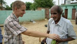 Sebastian teilt zum Schluss unseres Besuches noch Mangos an alle blinden Familien aus.
